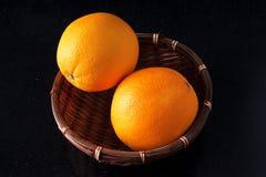 Dwa pomarańcze w koszu Zdjęcia Royalty Free