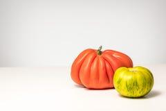 Dwa pomidoru czerwonego i zielonego Zdjęcia Royalty Free