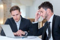 Dwa pomyślnego biznesmena pracują na projekcie Fotografia Stock
