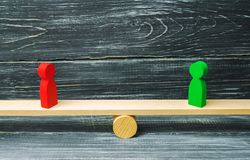 Dwa postaci drewniany stojak na waży sprawiedliwość rywale Biznesowy pojęcie wzajemna korzyść i sukces partnery biznesowi Su zdjęcia royalty free