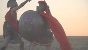 Dwa potężnego Romańskiego gladiatora walczą w otwartym polu, unika each s ` innych ataki, zwolnione tempo zdjęcie wideo