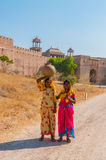 Dwa potomstw Indiańska kobieta w kolorowych sari Obrazy Stock
