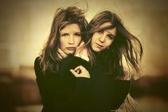 Dwa potomstwo mody dziewczyn chodzić plenerowy Zdjęcia Royalty Free