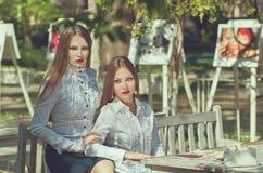 Dwa poważnej młodej kobiety z długie włosy i czerwonymi wargami Zdjęcia Royalty Free