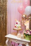 Dwa pozioma kolorowego child's zasychają dla pierwszy roczniaka Dziecka ` s fotografii strefa z cukierkami i balony Obrazy Royalty Free