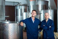 Dwa pozytywnego wytwórnia win pracownika stoi na wytwórnii win Obrazy Royalty Free
