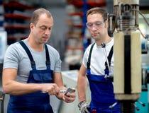 Dwa pracownik w fabryce Obrazy Stock