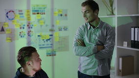 Dwa pracownika dyskutującego dotyczący biznesowego projekt zdjęcie wideo