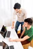 Dwa pracownika dyskutuje coś w biurze Obrazy Royalty Free