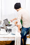 Dwa pracownika dyskutuje coś w biurze Fotografia Royalty Free