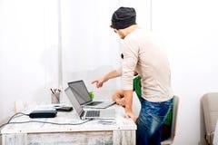 Dwa pracownika dyskutuje coś w biurze Obraz Royalty Free