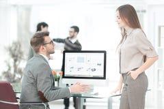 Dwa pracownika firma dyskutuje pieniężnych dane fotografia stock