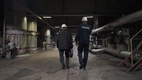 Dwa pracownika i?? na fabryce In?yniery w produkcji sali zdjęcie wideo