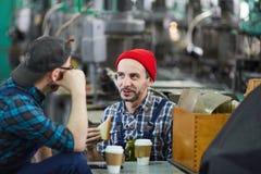 Dwa pracownika na przerwie na lunch obrazy stock