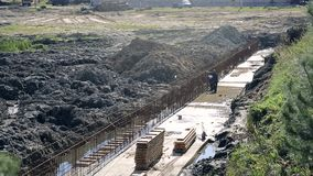 Dwa pracownika pracują na podstawie budynek Montaży dopasowania przed nalewać beton zdjęcie wideo
