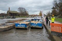 Dwa pracy łodzi dzwoniącej nawadniają i lelui strona popiera kogoś w kanale - obok - Obrazy Stock