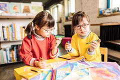 Dwa preschool dziewczyny bawić się obrazki w centrum rehabilitacji i barwi fotografia royalty free