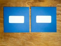 Dwa prostego błękit windowed koperty popierają kogoś stronę - obok - Zdjęcie Royalty Free