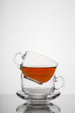 Dwa przejrzystej szklanej filiżanki z herbacianym białym tłem Obrazy Stock
