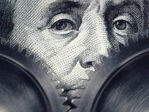 Dwa przekładni wirują na tle sto dolarowych rachunków obraz royalty free