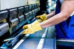 Dwa przemysłowego pracownika sprawdza pracę składają pozycję na fac Obraz Stock