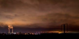 Dwa przemysłowego kominu rzyga dym w niebo zdjęcia stock