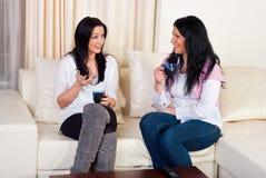 Dwa przyjaciół kobiet rozmowy dom Zdjęcie Royalty Free