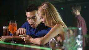 Dwa przyjaciół networking na telefonie w miasto barze zbiory