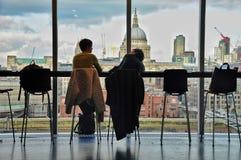Dwa przyjaciel ma kawę i opowiada z Londyńską linią horyzontu w t Zdjęcie Stock