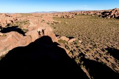 Dwa przyjaciel postaci cienia tanczy kamienną głaz skałę, Boliwia Zdjęcie Royalty Free
