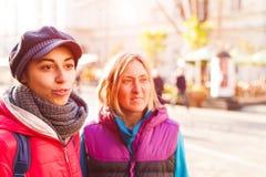 Dwa przyjaciela chodzi w mieście zdjęcia stock
