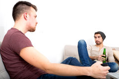Dwa przyjaciela ma rozmowę w żywym pokoju zdjęcie stock