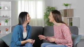 Dwa przyjaciela opowiada wysokość pięć w domu i daje zbiory