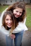 Dwa przyjaciela Piggyback Zdjęcie Royalty Free