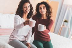 Dwa przyjaciela pije kakao w wygodnej atmosferze obraz royalty free