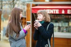 Dwa przyjaciela pije kawę outdoors zdjęcia royalty free
