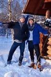 Dwa przyjaciela przeszuflowywa śnieg od jarda w zimy chałupie Zdjęcia Stock