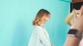 Dwa przyjaciela w fotografii studiu: jeden pozuje, inny bierze obrazki zbiory