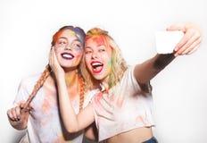 Dwa przyjaciela w Holi kolorach bierze selfie obrazy stock