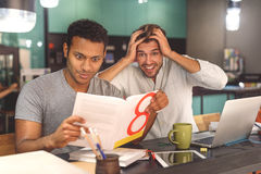 Dwa przyjaciela wydaje czas w kawiarni Zdjęcie Stock