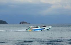 Dwa przyjemności łodzi ścigać się jeden inny w tropikalnej zatoce Zdjęcia Stock