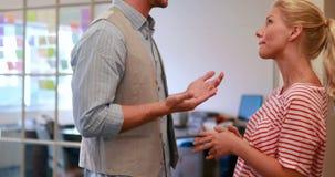 Dwa przypadkowy biznesowy pracownik mówi wpólnie zbiory wideo