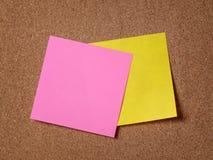 Dwa przypomnienie kleistej notatki na korek desce Obrazy Stock