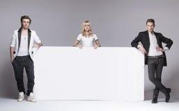 Dwa przystojnego mężczyzna i ich atrakcyjnego żeńskiego przyjaciel obraz royalty free