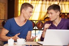 Dwa przystojnego mężczyzna opowiada przy lunchem Zdjęcia Stock