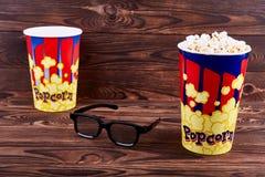 Dwa pucharu popkorn z 3D szkłami zdjęcie stock