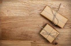 Dwa pudełka w eco tapetują na drewnianym stole Odgórny widok Obrazy Royalty Free