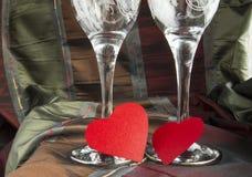 Dwa pustego szkła szampańscy i czerwoni serca, walentynki ` s dzień Obrazy Stock