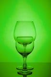 Dwa pustego wina szkła na zielonym tle Zdjęcia Royalty Free