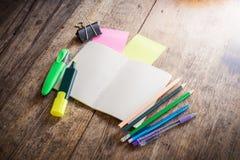 Dwa pustej kolorowej kleistej notatki, notatnik, ołówek, highlighter Obrazy Royalty Free